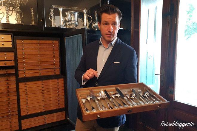 Jean-Paul Vaugoin präsentiert uns Silberbesteck, das in einer Holzschublage liegt.