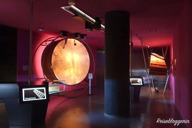 Eine riesige Trommel erzeugt Töne im Haus der Musik