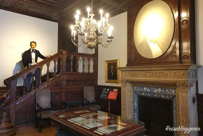 Auf einer Treppe steht die Figur von Otto Nicolai, der das Orchester der Wiener Philharmoniker gründete