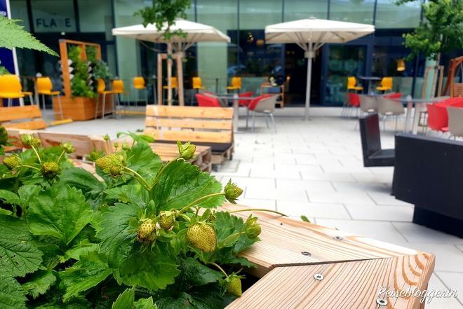 Der Garten vor dem Novotel Wien Hauptbahnhof