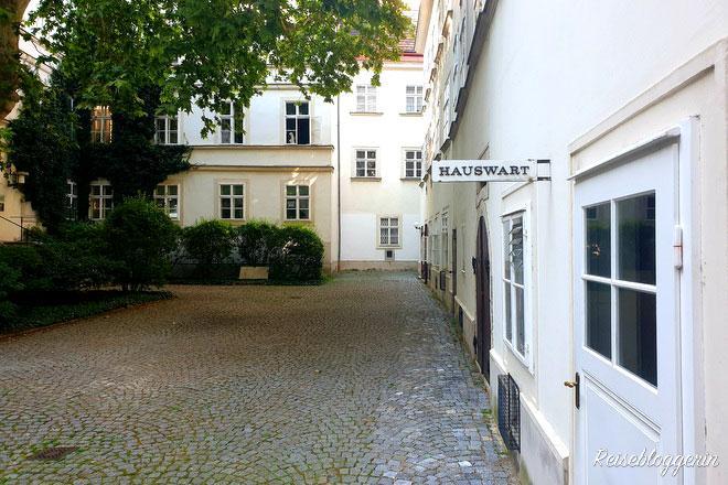"""Wiener Innenhof mit einem Schild """"Hauswart"""""""