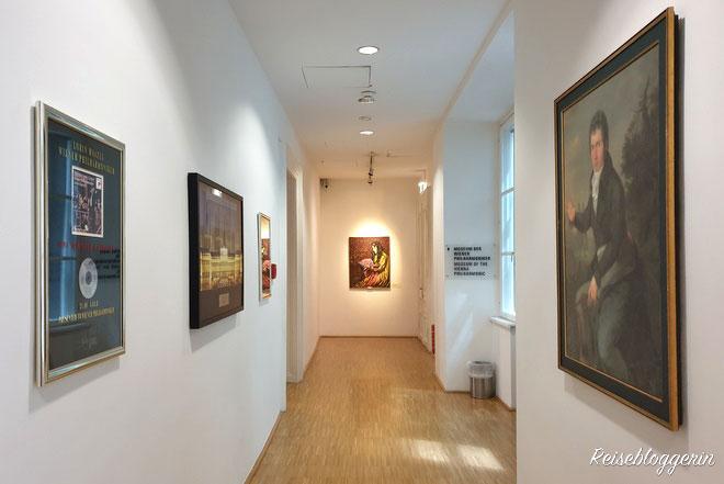 Am Gang, der zum Philharmonikermuseum führt, hängen links und rechts Bilder von Musikern