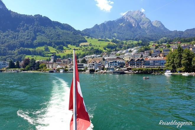Schweizer Flagge am Schiff - Im Hintergrund der Vierwaldstättersee