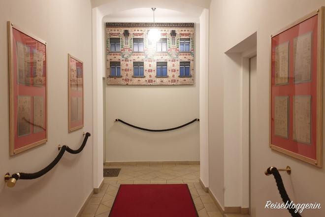 Hausflur in der Harmoniegasse mit Bildern von Otto Wagner