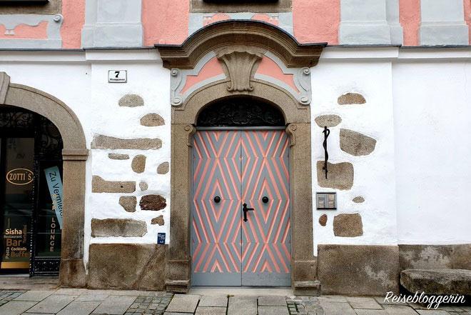 Türe in den Farben grau und rosa