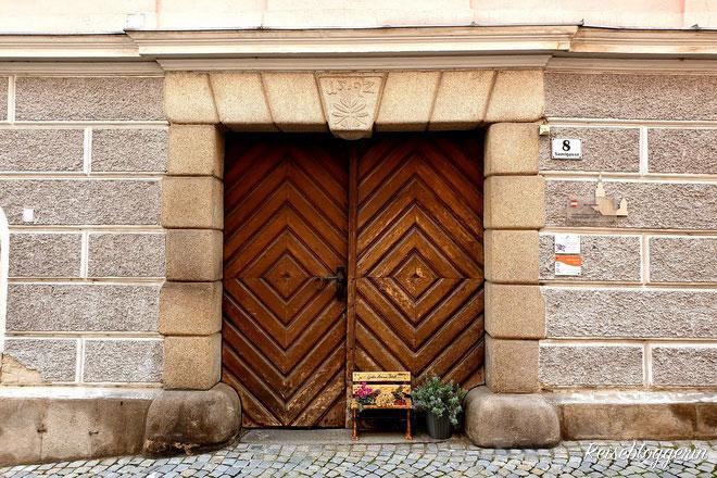 Braune Doppeltür mit Jahreszahl