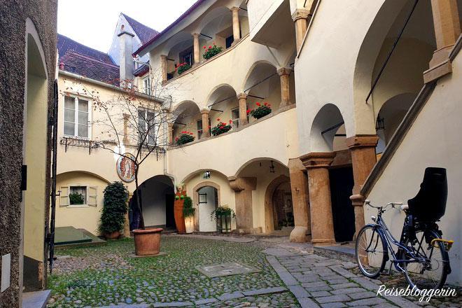 Grazer Innenhof gepflastert mit Murnockerl