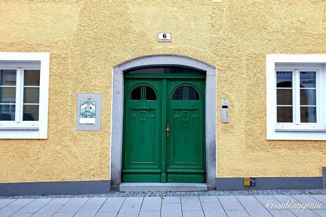 grün gestrichene Eingangstür