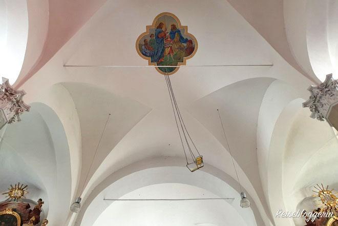 Schaukel im Kirchengewölbe