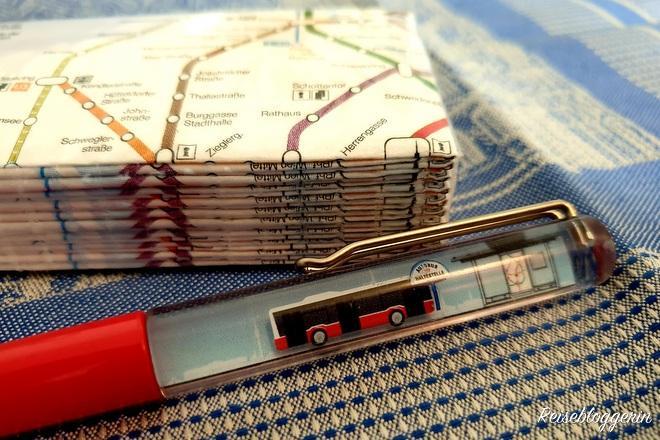 Taschentücher und Kugelschreiber aus dem Fanshop der Wiener Linien