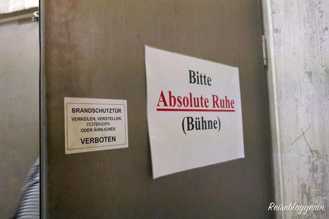 Schild mit der Aufschrift : Bitte absolute Ruhe - Bühne