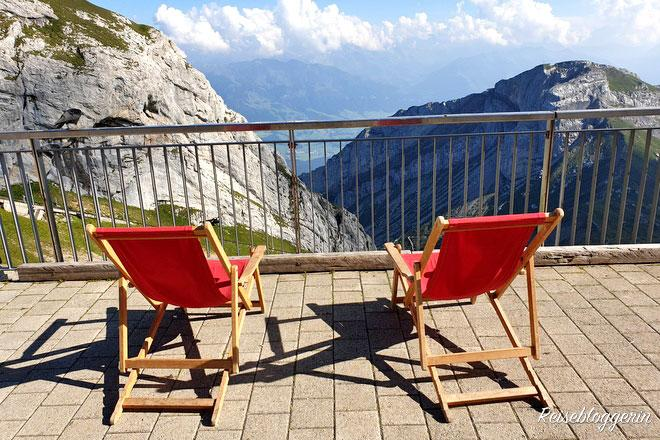 Zwei Liegestühle stehen am Pilatus - Die goldene Rundfahrt bringt mich zum Gipfel