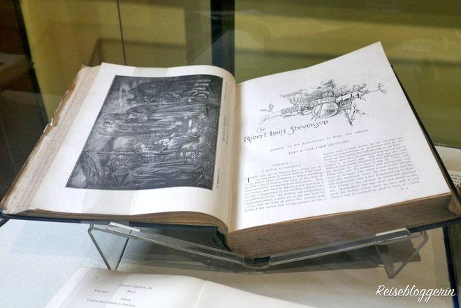 Buch von Robert Louis Stevenson im Writers Museum Edinburgh