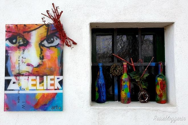 Bild, daneben ein Fenster mit verzierten Flaschen