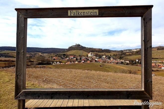 Ein künstlicher Rahmen aus Holz umrahmt die Ortschaft Falkenstein im Hintergrund