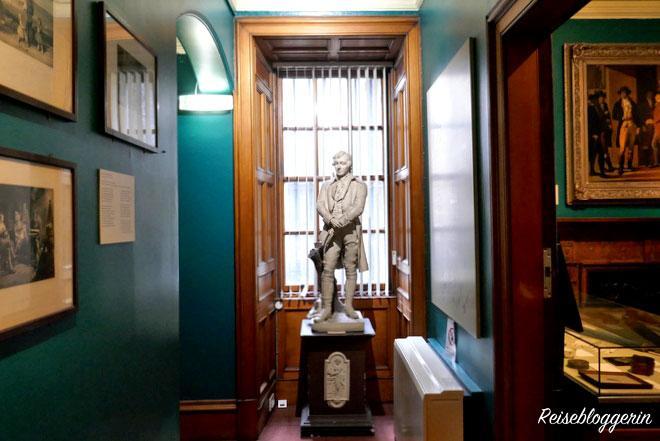 Statue von Robert Burns im Writers Museum Edinburgh