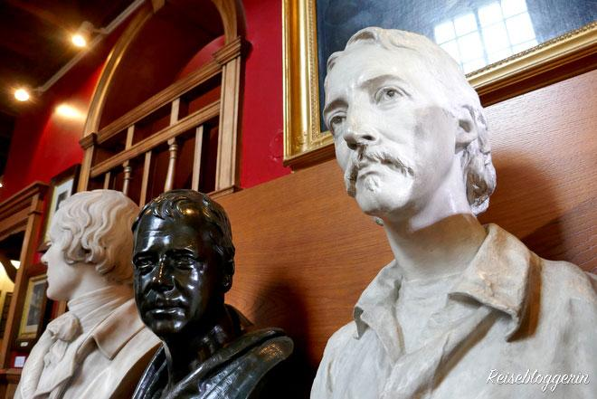 Büsten der schottischen Schriftsteller Burns, Scott und Stevenson