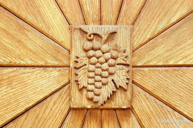 Weinrebe aus Holz an einer Tür