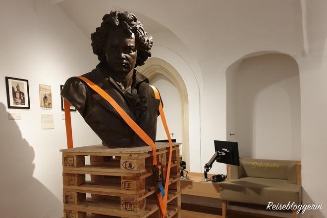 große Beethoven Büste in schwarz auf Umzugspaletten
