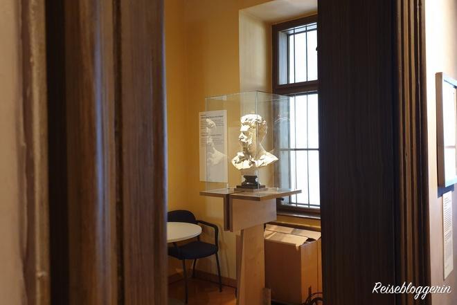 Die Büste von Johann Strauß in einer von acht Musikerwohnungen in Wien