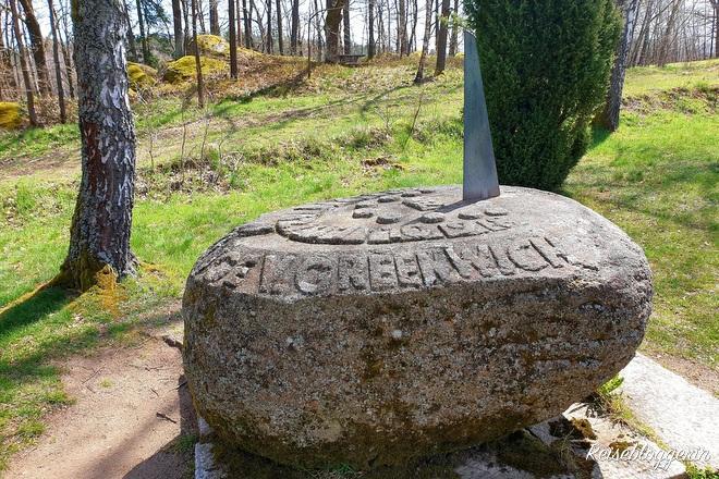 großer Stein aus Granit zeigt den Meridian in Gmünd an
