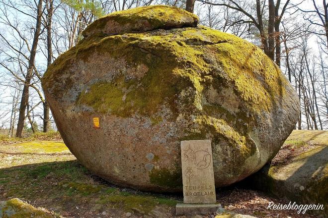 Ein großer runder Granitstein mit dem Namen Teufels Brotlaib