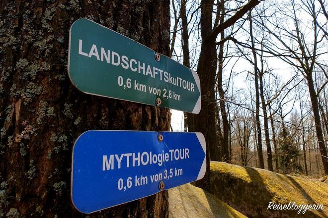 2 Schilder mit Wanderwegen