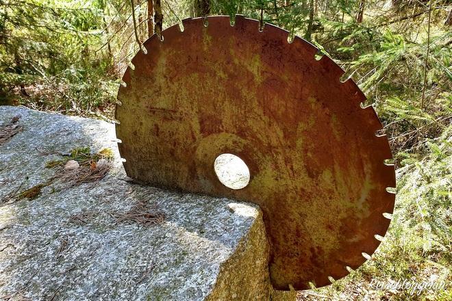 Sägeblatt steckt im Granitblock