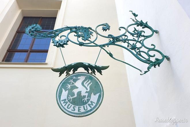 Grünes Schild mit der Aufschrift Museum