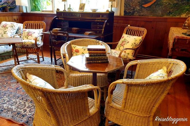 Drei Sessel mit Tisch und Büchern im Haus von Monet in Giverny