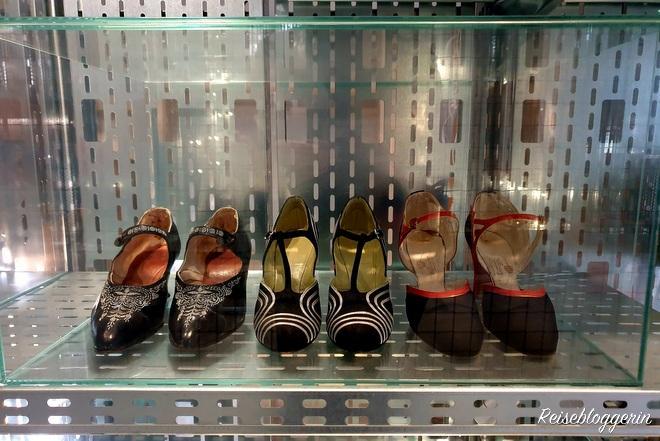 Drei Paar Schuhe im Schaudepot