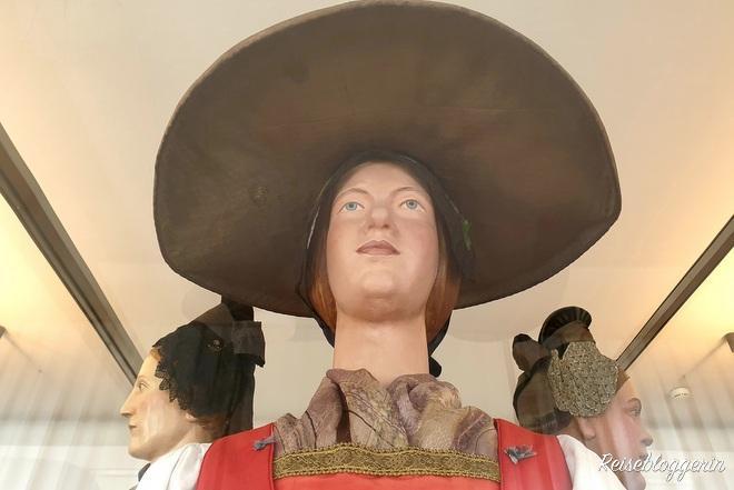Figur aus Holz mit großem Hute