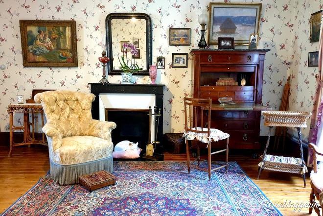 Zimmer mit Kamin und Blumentapete