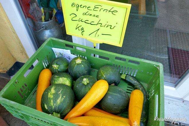 Zucchini in einer grünen Kiste