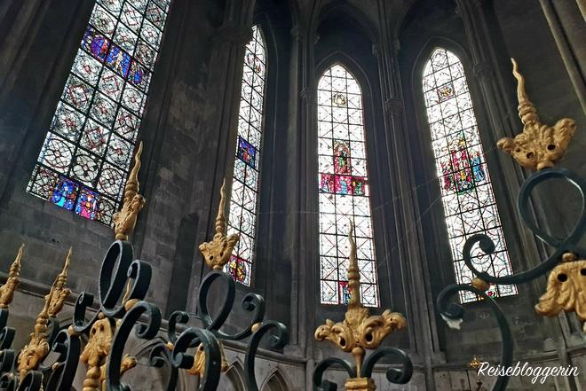 Licht strömt durch die gotischen Fenster