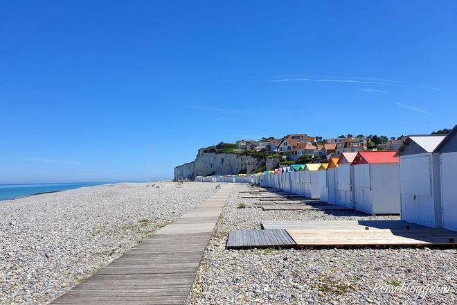 weiße Strandhütten mit bunten Dächern in Criel-sur-mer