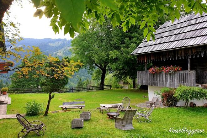 Garten mit Sitzgelegenheiten am Gut Trögern
