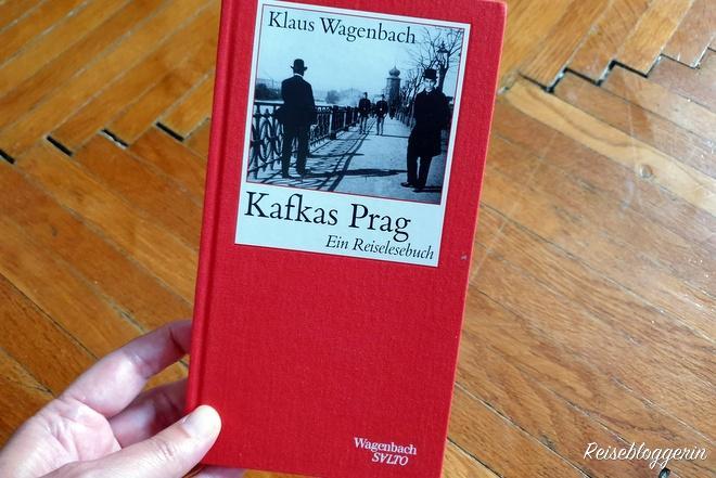 Ein Buch mit dem Titel Kafkas Prag aus dem Wagenbach Verlag