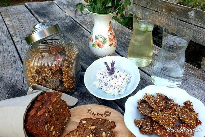 Brot, Aufstrich, Müsliriegel und ein Blumenstrauß am Gut Trögern