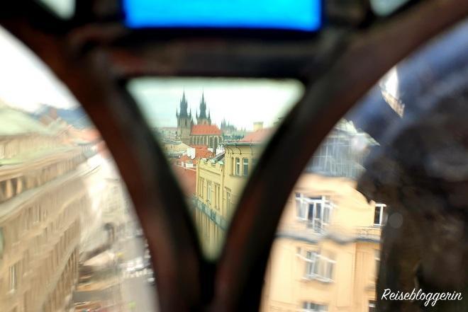 Ausblick vom Pulverturm auf die Teynkirche in Prag